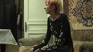 Zuskë zuskë whipped në pidhi e saj nga babai i saj