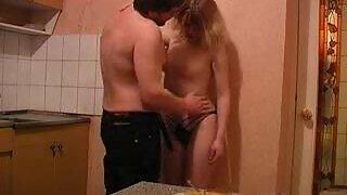 સાવકા અને સાવકી દિકરી વચ્ચે રસોડામાં કલાપ્રેમી સેક્સ
