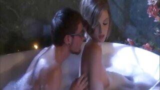 Ζεστό σεξ στο μπάνιο ανάμεσα σε μια νεαρή πόρνη και τον ξάδελφό της