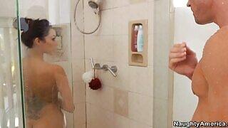 大山雀黑发继母搞砸在的淋浴和床上