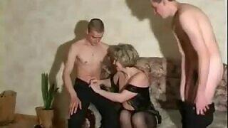 الجنس الثلاثي مع عمة ناضجة