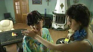 母亲和女儿,两个女同性恋荡妇热